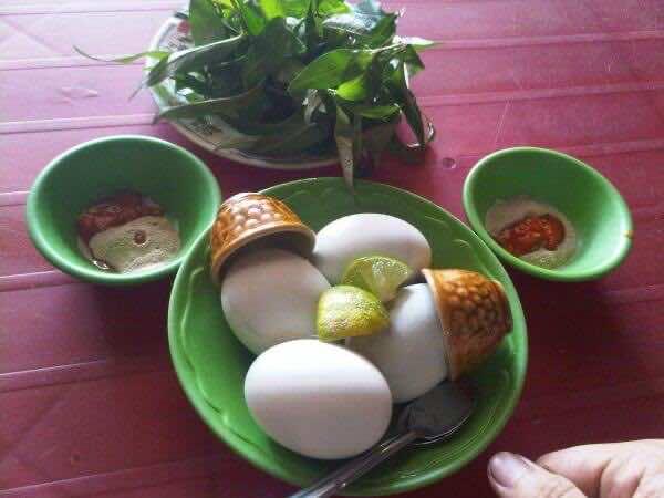 Eating-fetal-duck-egg-(Trung-vit-lon)-2
