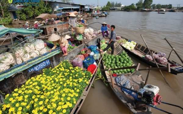 Visiting-the-floating-markets-in-Mekong-Delta-1