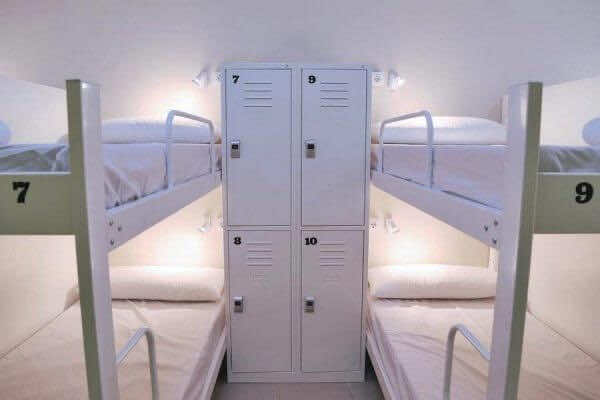 Book-hostels-with-lockers